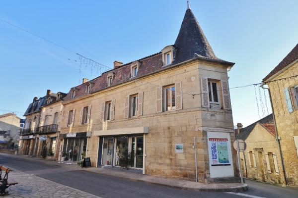 SARLAT WEST, IN A LOVELY LITTLE TOWN OF THE DORDOGNE VALLEY !! STUNNING BUILDING COMPOSED OF 3 APART