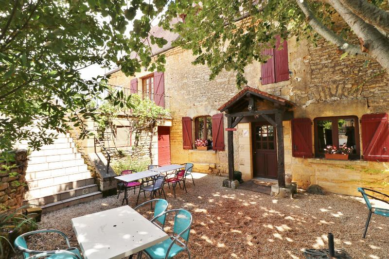 10KM AWAY, EAST FROM SARLAT, BEAUTIFUL STONE PROPERTY IDEAL BetB, COMPOSED OF MAIN HOUSE et GUEST HO