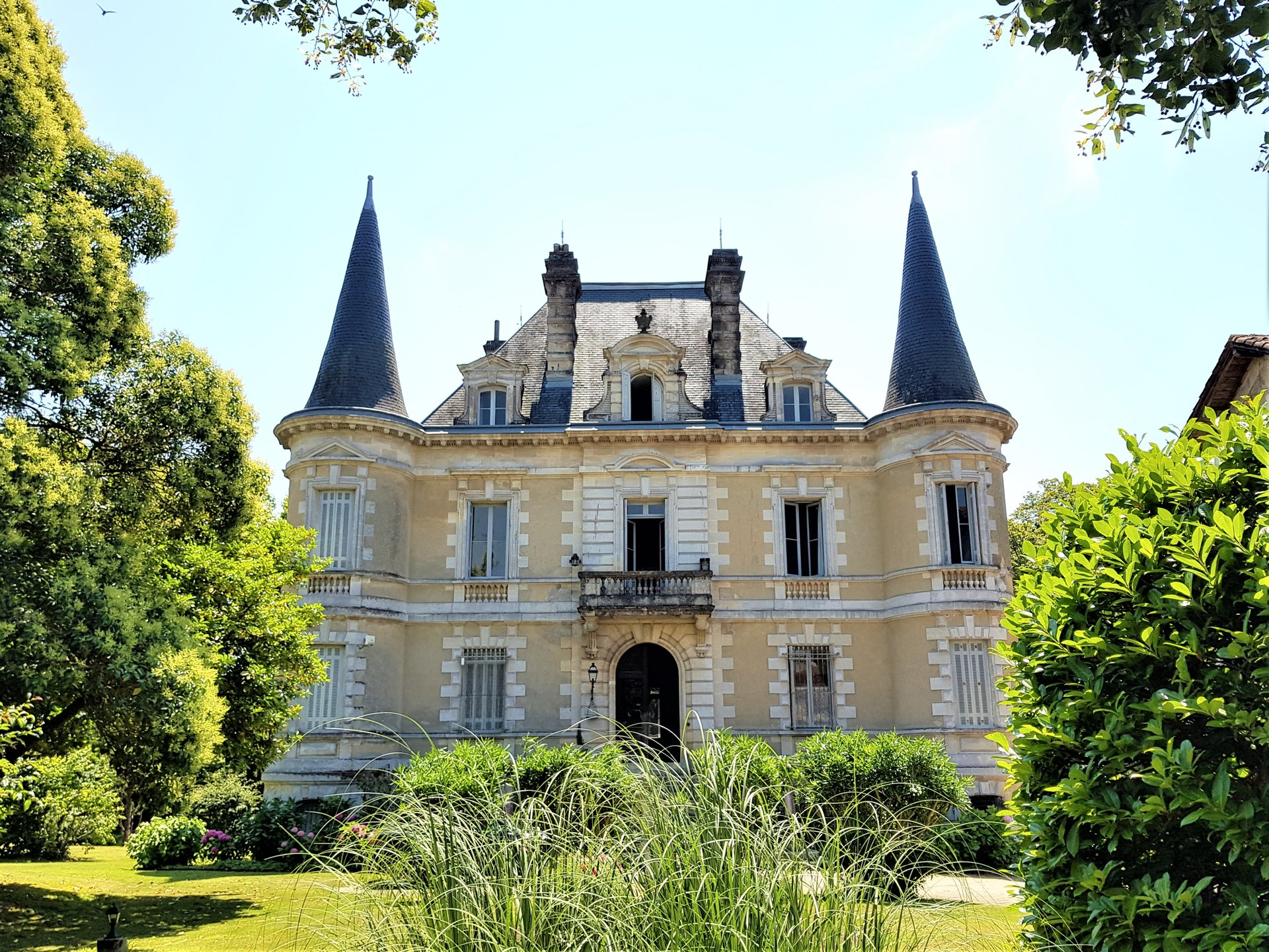 Superb château with pool and outbuilding