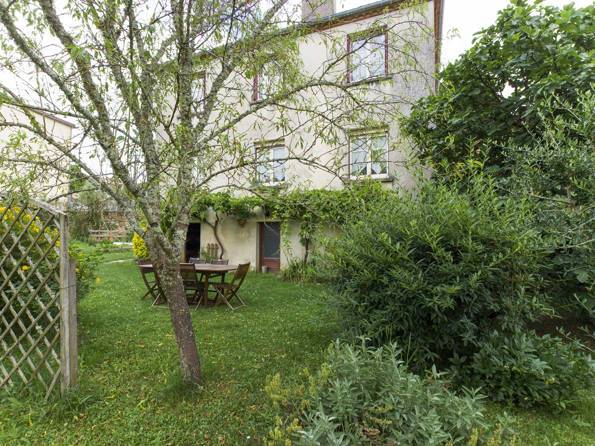 STONE HOUSE WITH OUTBUILDING ON A GARDEN WITH TREES OF 1125 M².