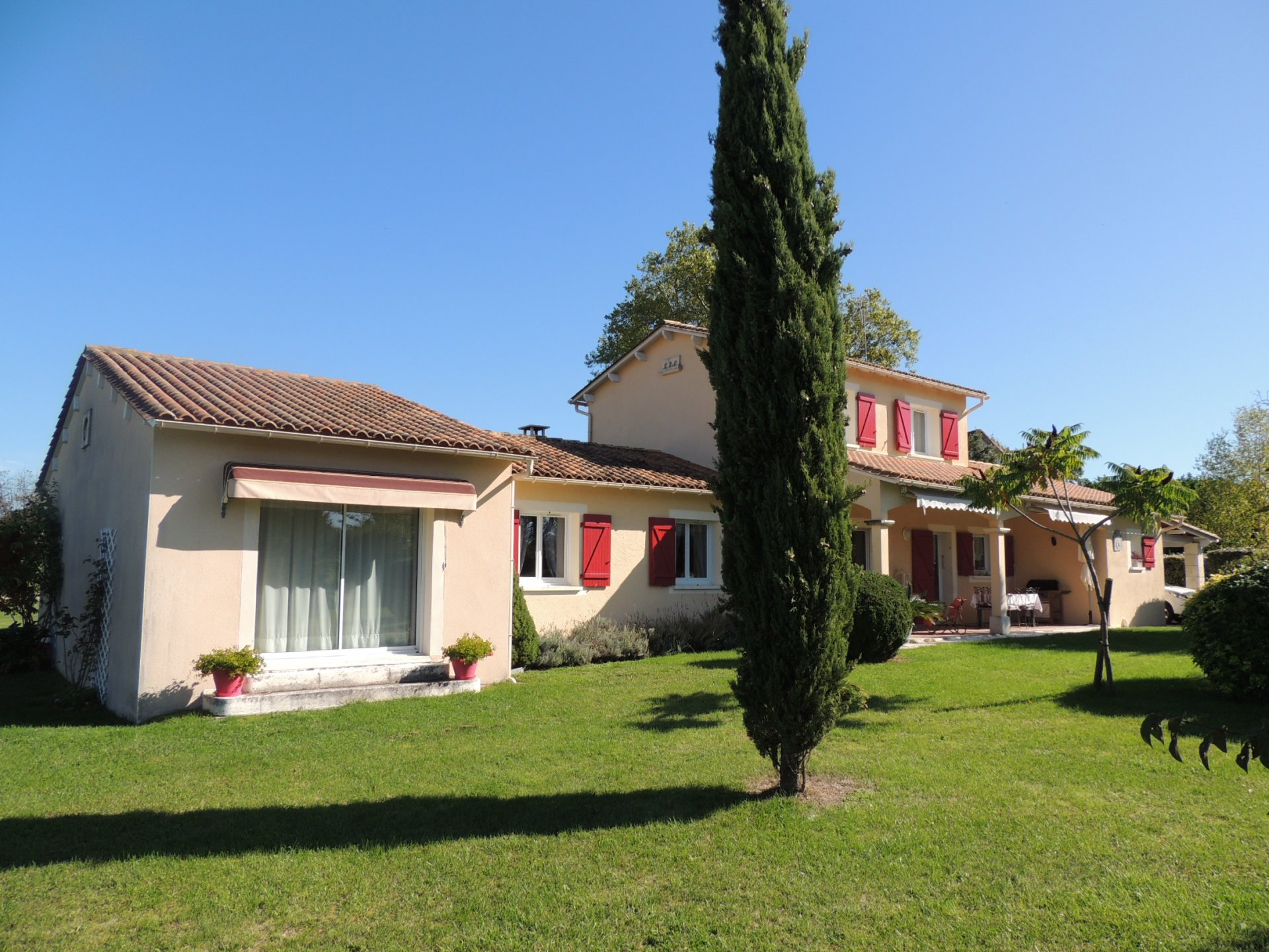Immaculate house and heated pool - north Dordogne