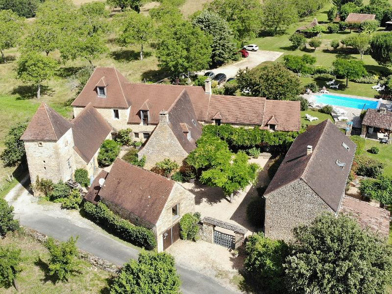 IN A LITTLE HAMLET ONLY 15 MINUTES AWAY FROM SARLAT, WONDERFUL PROPERTY COMPOSED OF A MAIN HOUSE, 4