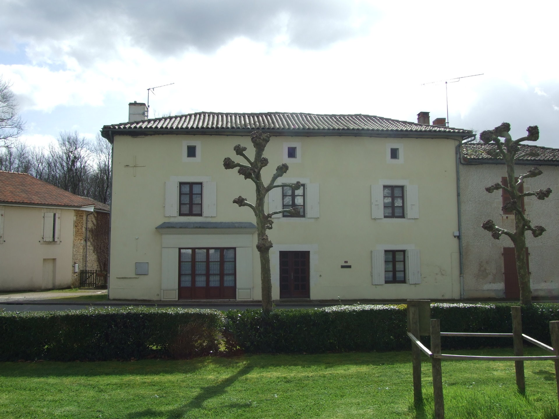 Spacious village house with 3 beds and 2 baths, walk to bar/restaurant