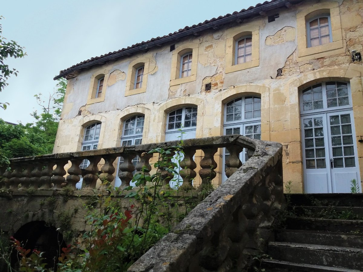 A haven of tranquility the middle of the town! XI Century riverside property to restore!