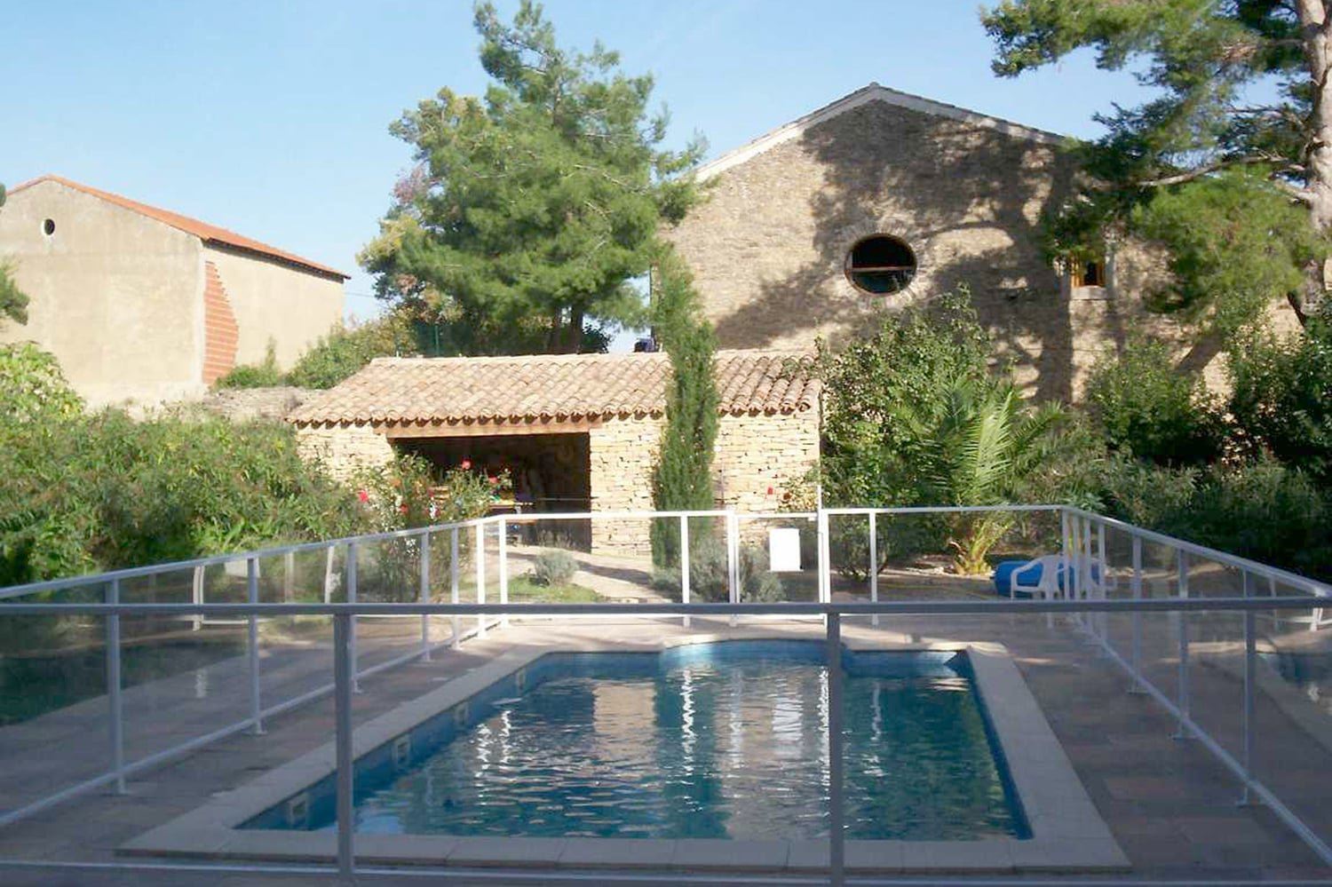 Maison de maître and stone house with 3 apartments, outbuilding, swimming pool and garden of 2600m²