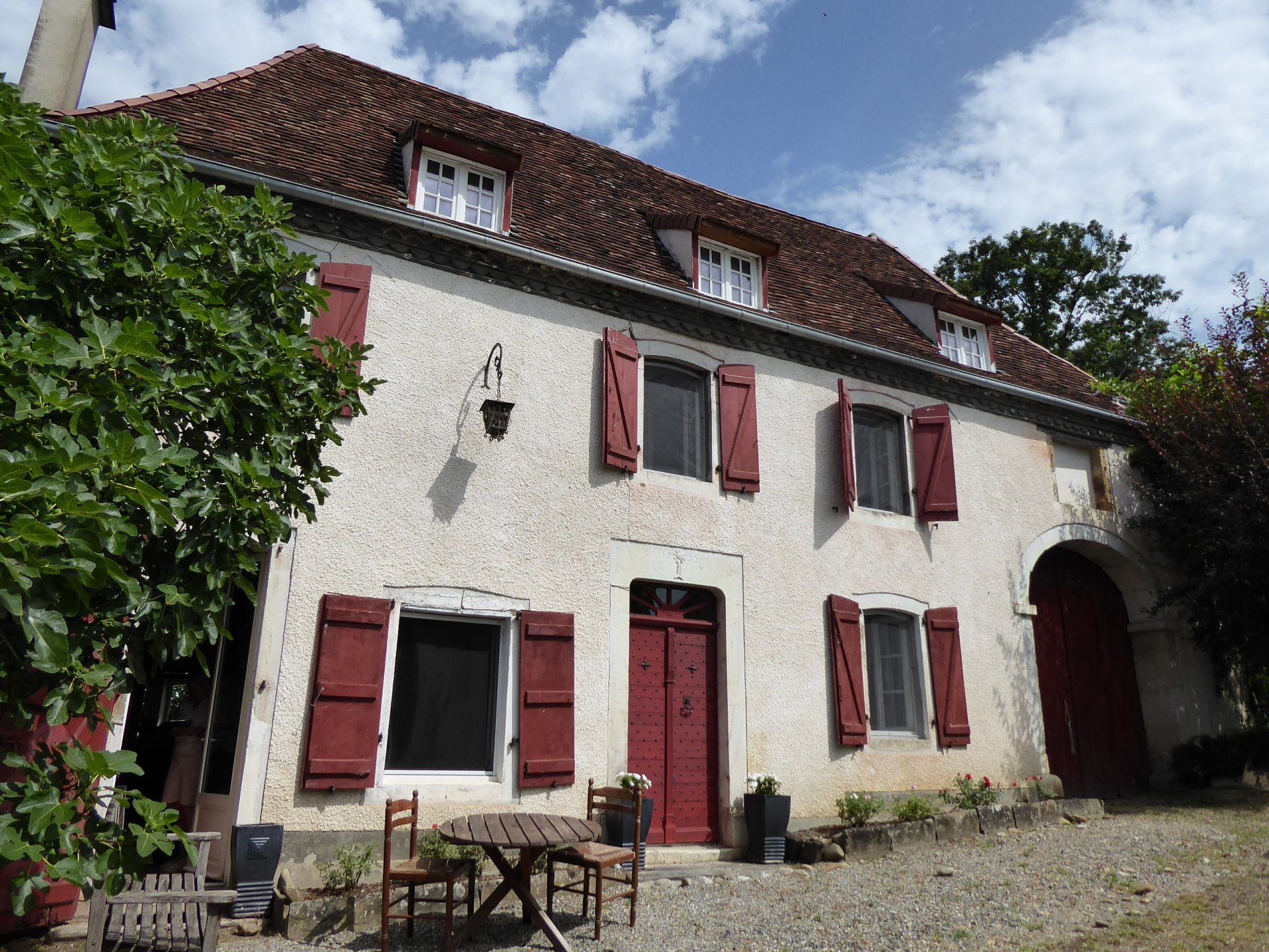 Bearnaise house, partially renovated, with 6500m² of land