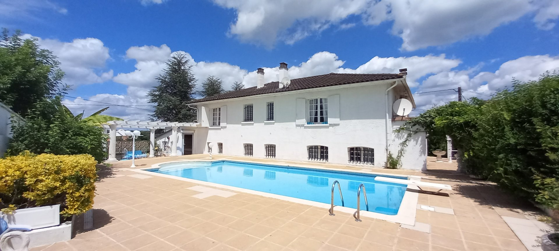 Beautiful house with swimming pool near to amenities