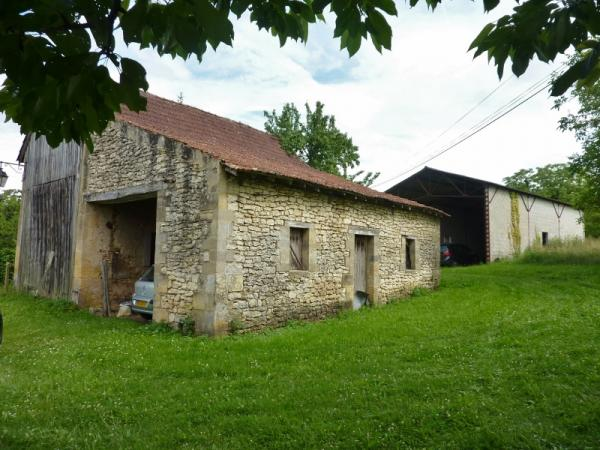 ABOUT 15KM WEST FROM SARLAT, IN A PEACEFUL LITTLE HAMLET, 5 MINUTES AWAY FROM SHOPS, OLD STONE BARN