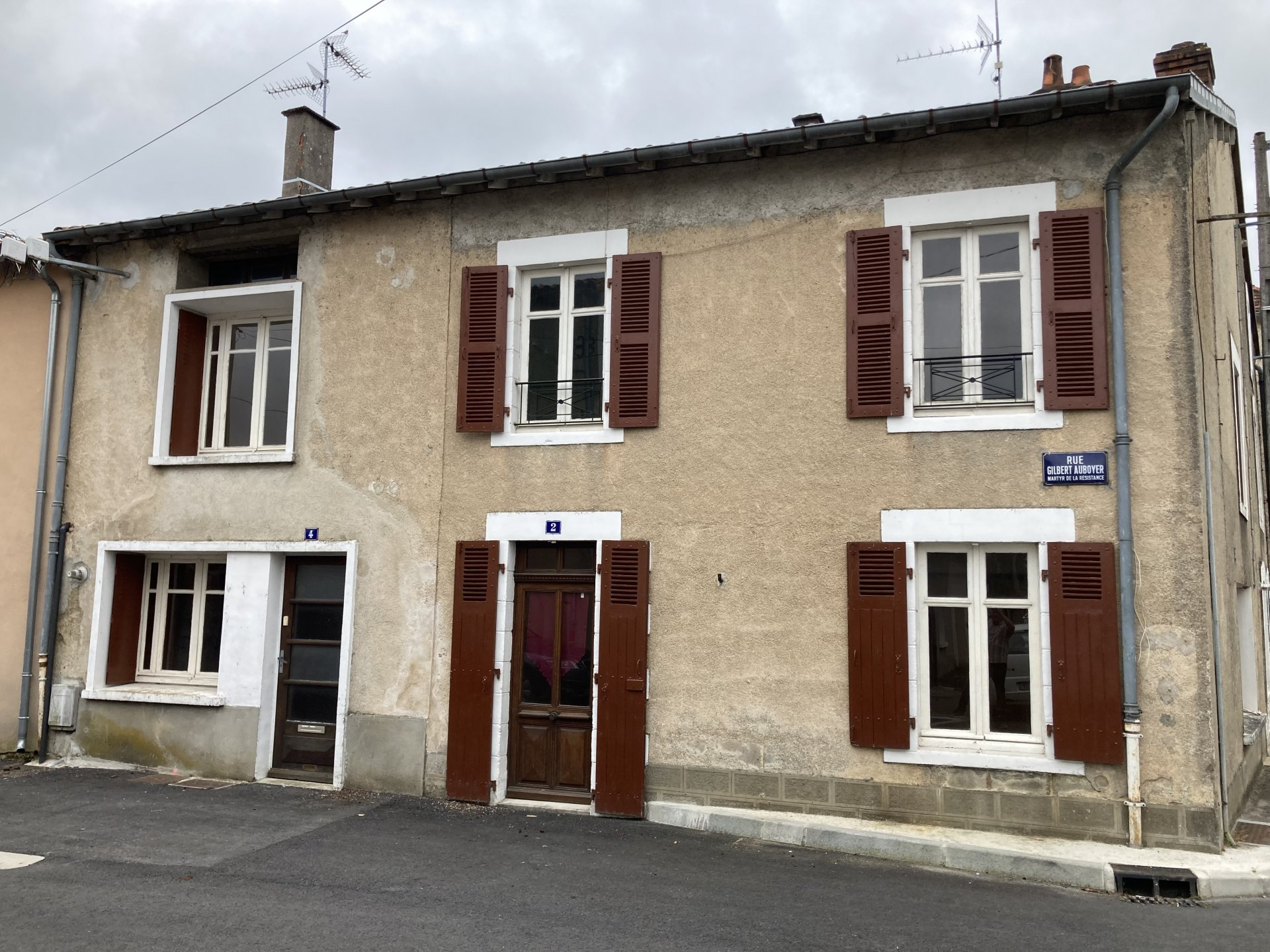 Town property with large rooms and 3-4 bedrooms