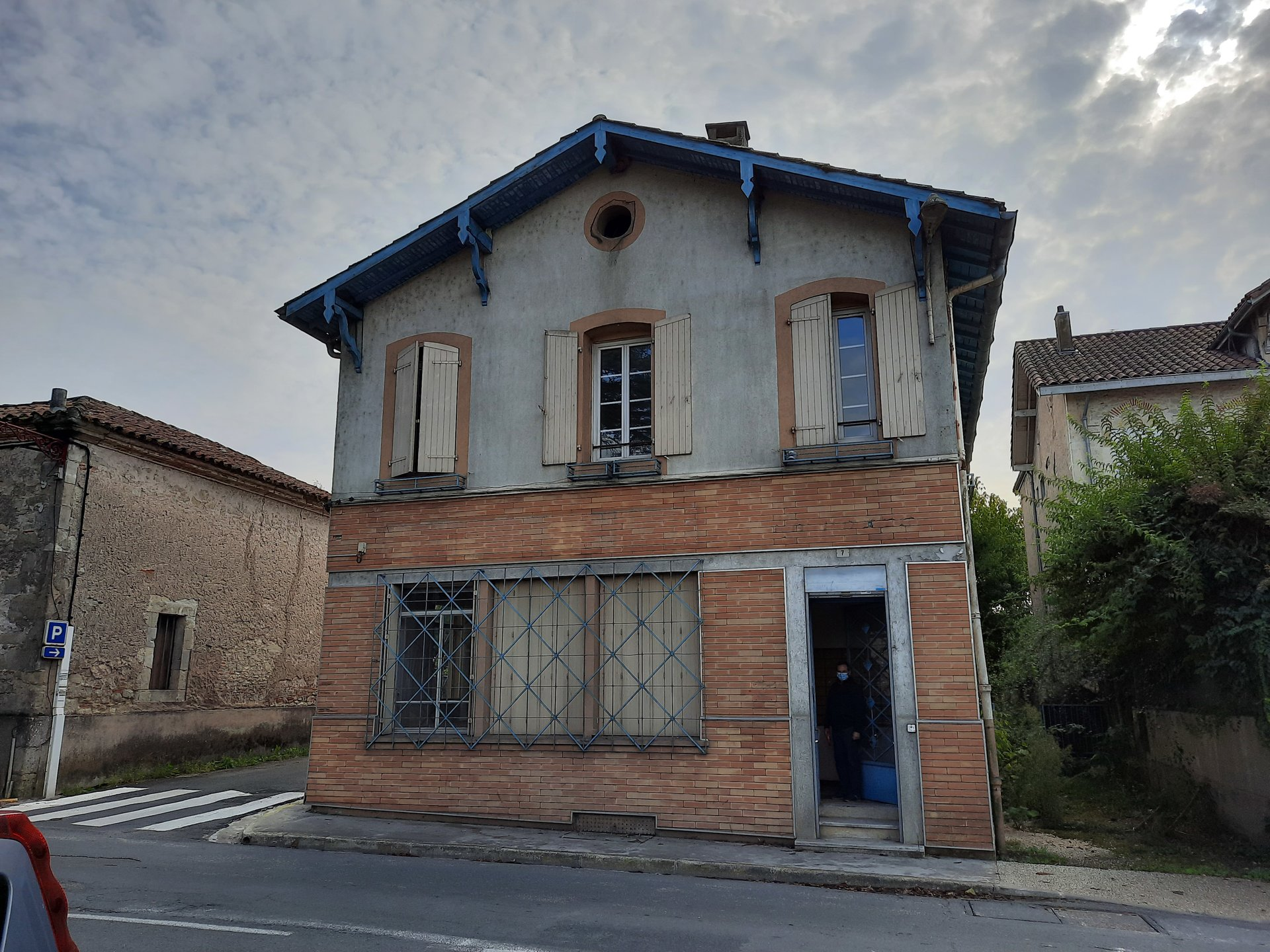 Village house with 2 apartments and offices