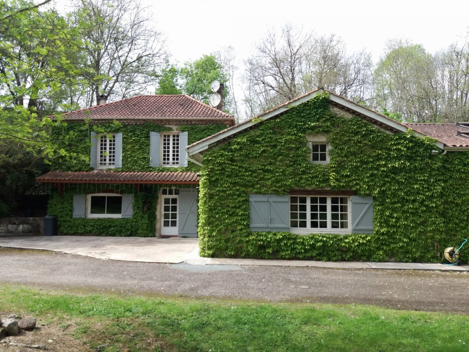 Beautiful stone mill dating from 1750 in its lush setting in the Lot et Garonne countryside.