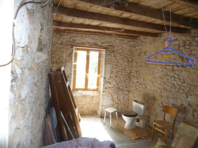 Cottage and barn to finish to renovate in the green Perigord area