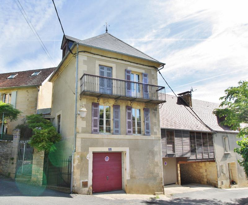 SARLAT - TOWN HOUSE RESTORED WITH CARE OF 130 m² - THREE BEDROOMS - GARDEN WITH HEATED SWIMMING POOL