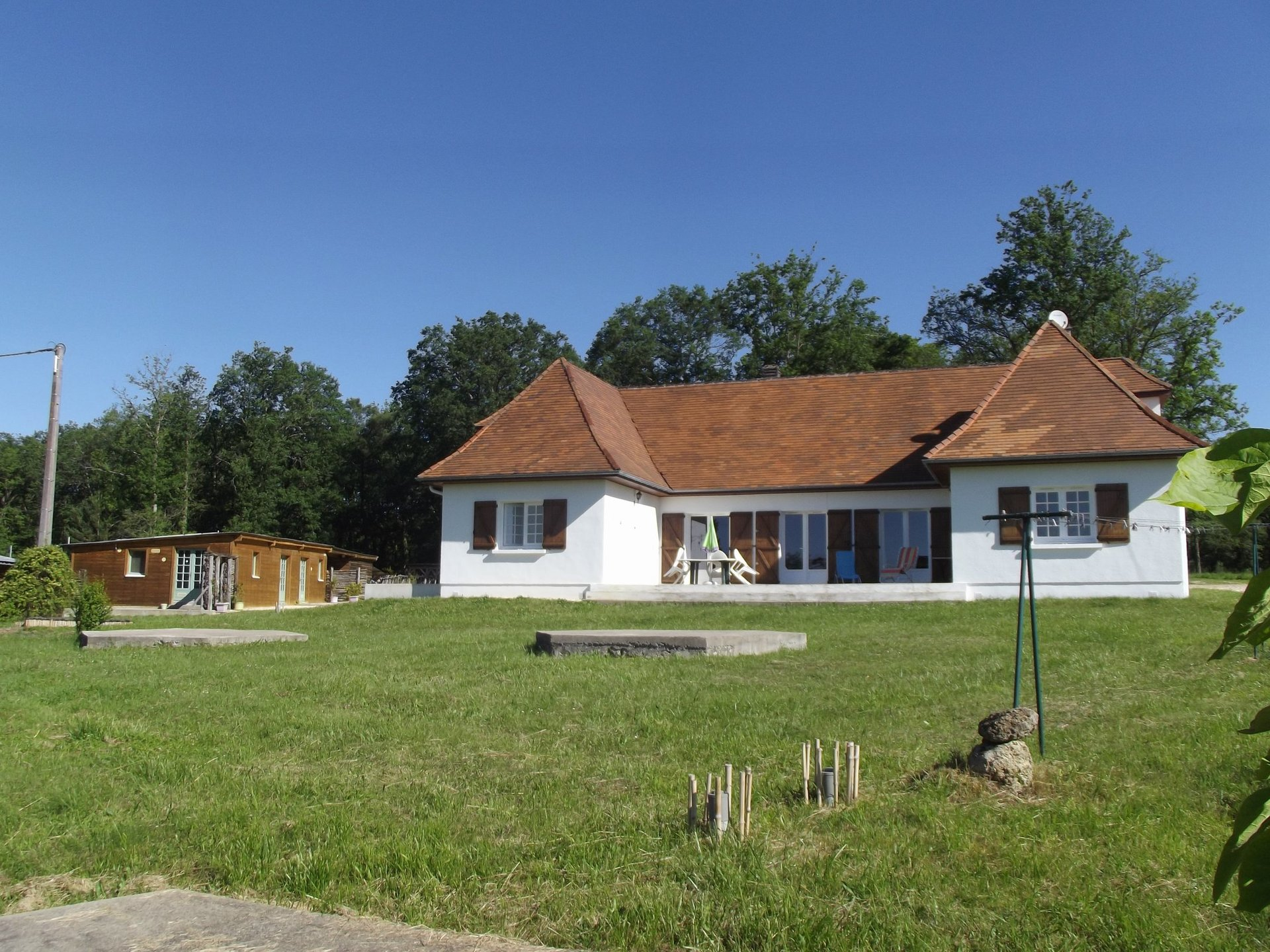 3 bedroom modern property with 3 wooden chalets and over 4 hectares of land with views