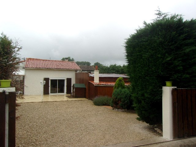 Situated in pretty road close to L'Isle Jourdain