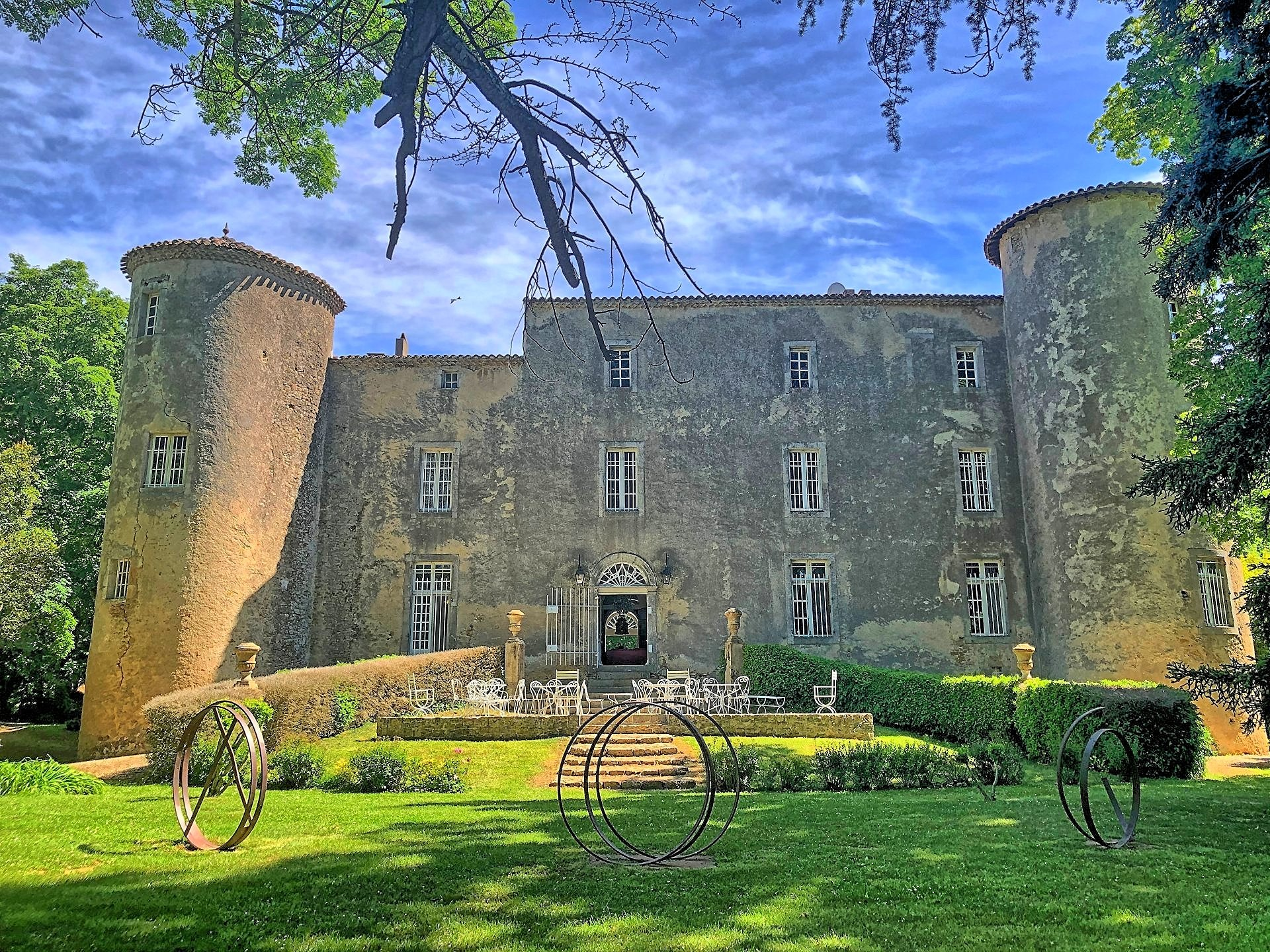Chateau, cottage and grounds of 18 hectares