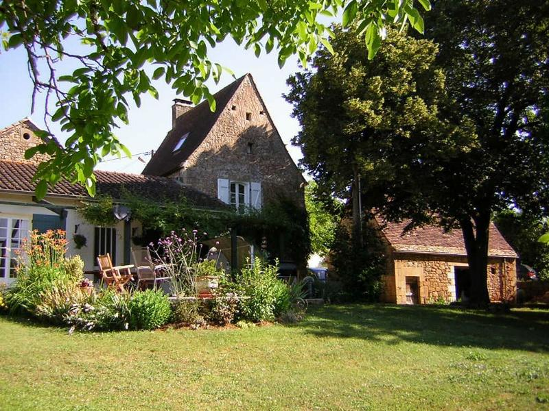 5 MINUTES FROM SARLAT, ENSEMBLE COMPOSED OF A MAIN HOUSE, A GITE, A BARN AND A SWIMMING POOL WITH 2