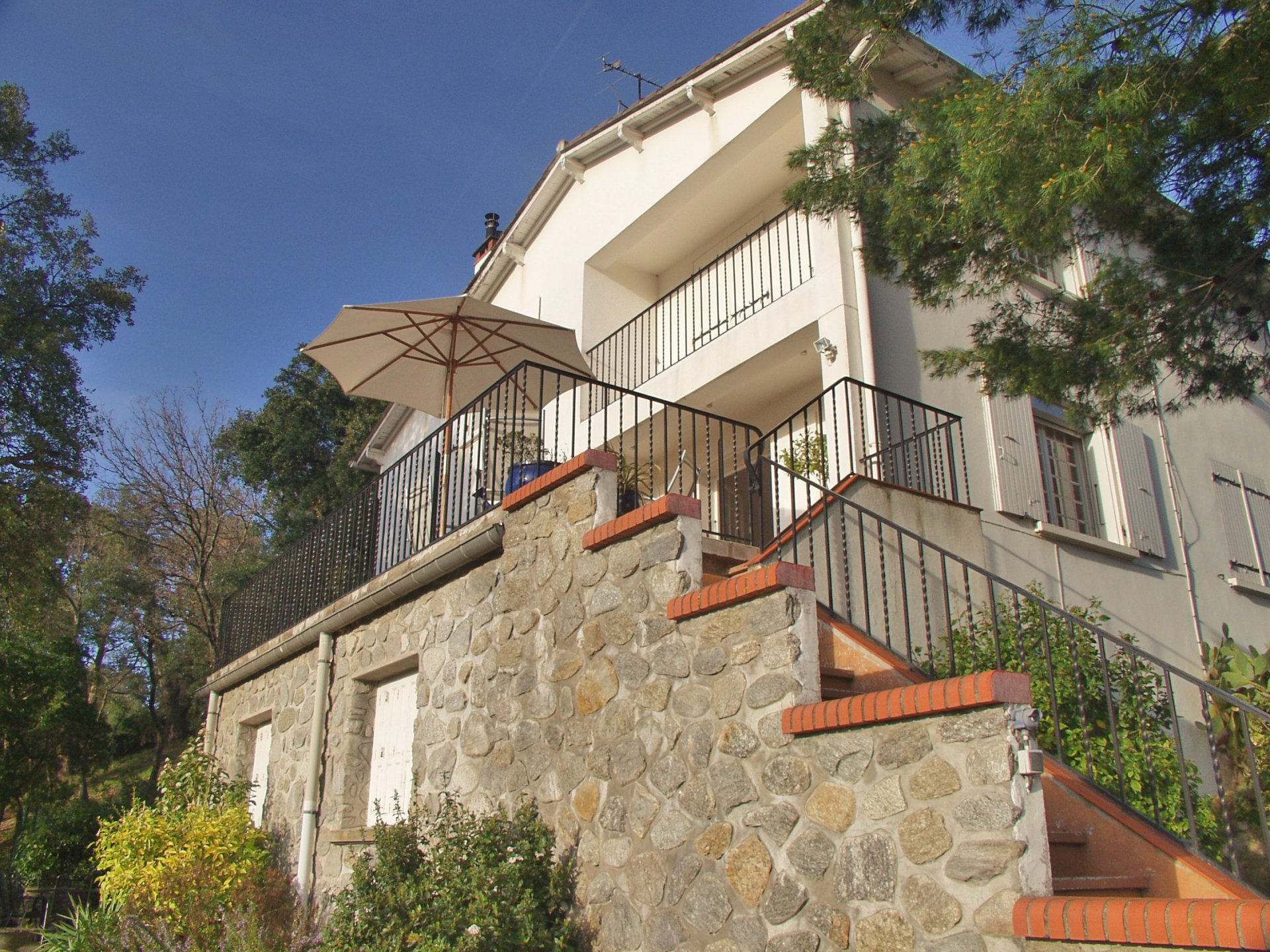 LARGE FAMILY HOME WITH GARDEN, OUTBUILDINGS AND VIEWS, MAUREILLAS