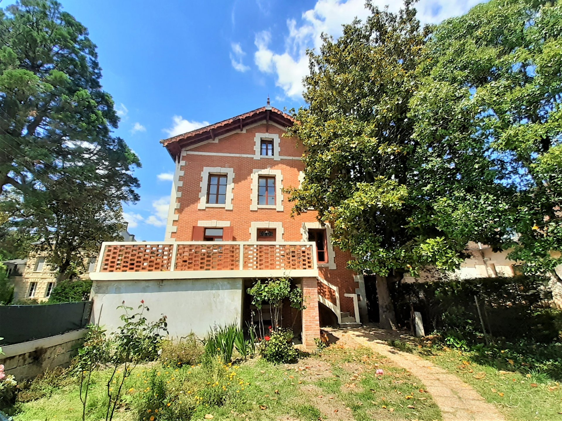 Handsome Townhouse in Eymet with commercial possibilities