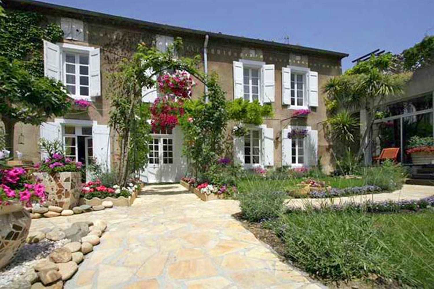 Manoir for sale in Hérault, with heated swimming pool, garden, garage and outbuildings