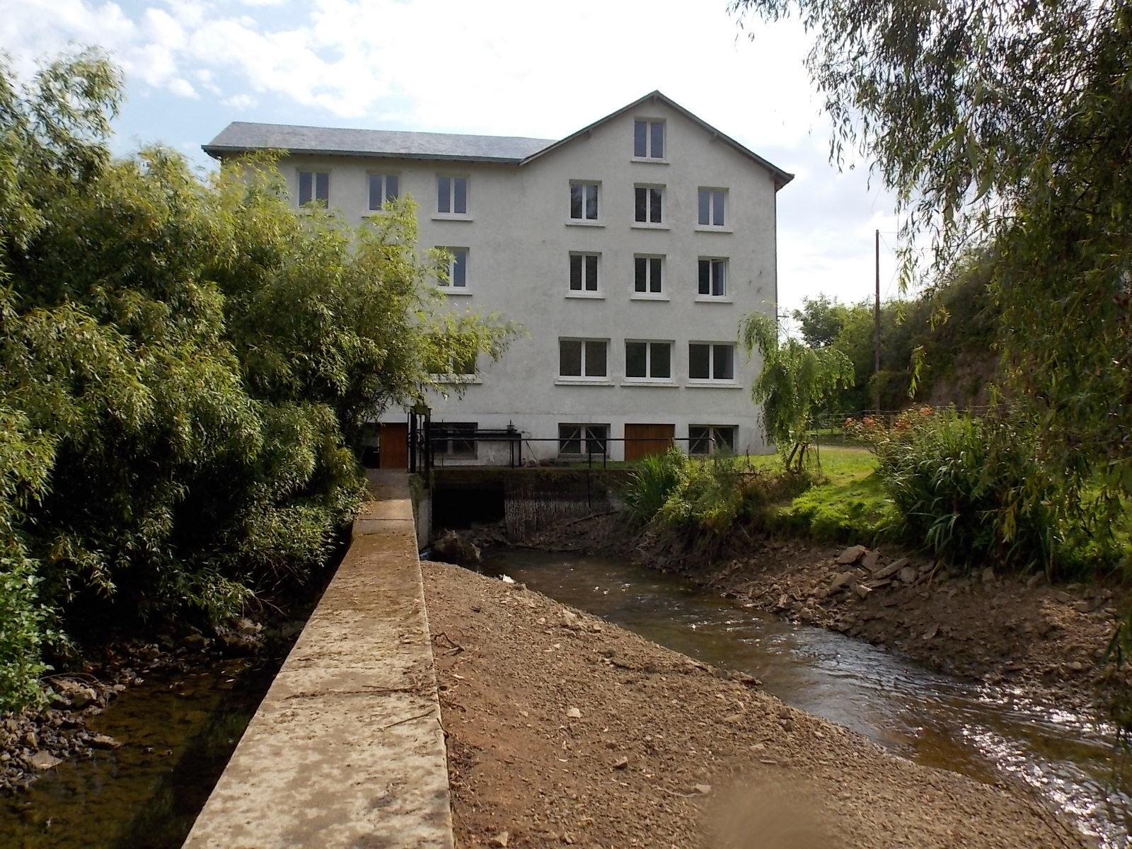 Partly renovated old water mill with accommodation over several floors