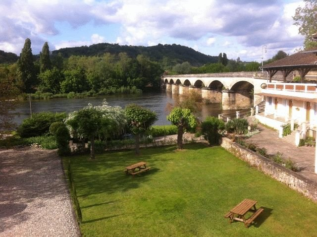 Great potential for this hotel-restaurant set on the banks of the Dordogne river