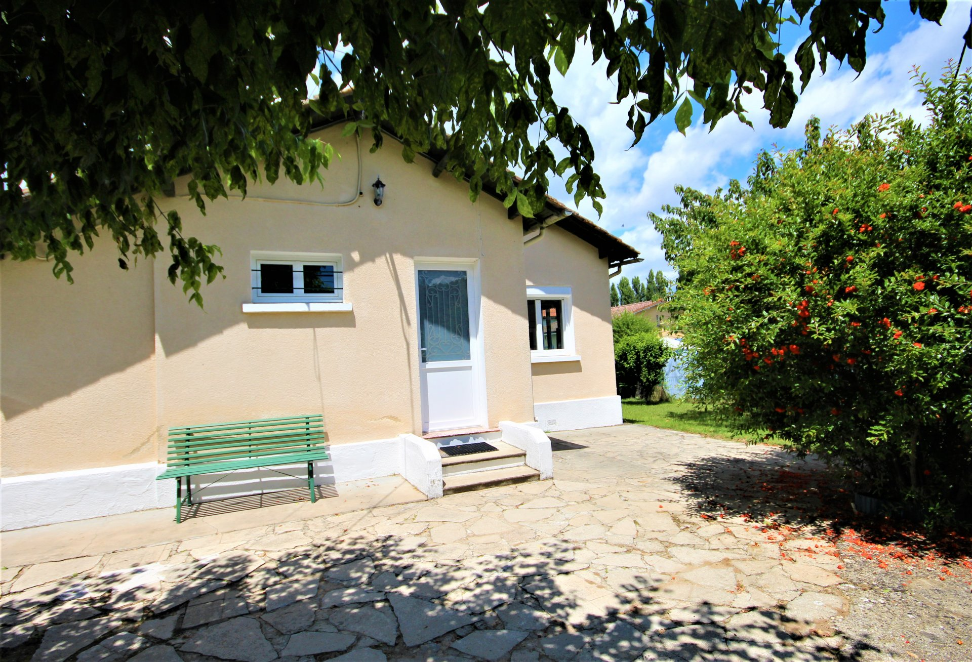 Neat 3/4 Bed house with pool in a leafy suburb of Eymet
