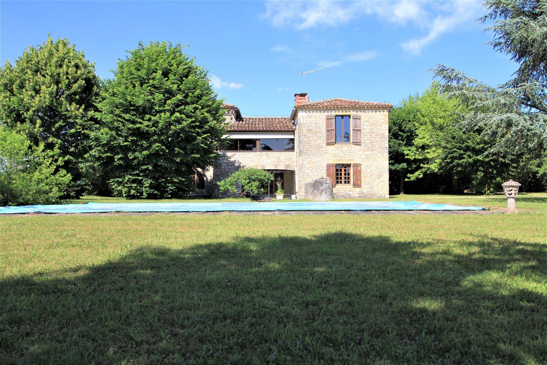 Beautiful stone property with a 5 bedroom house and convertible barn