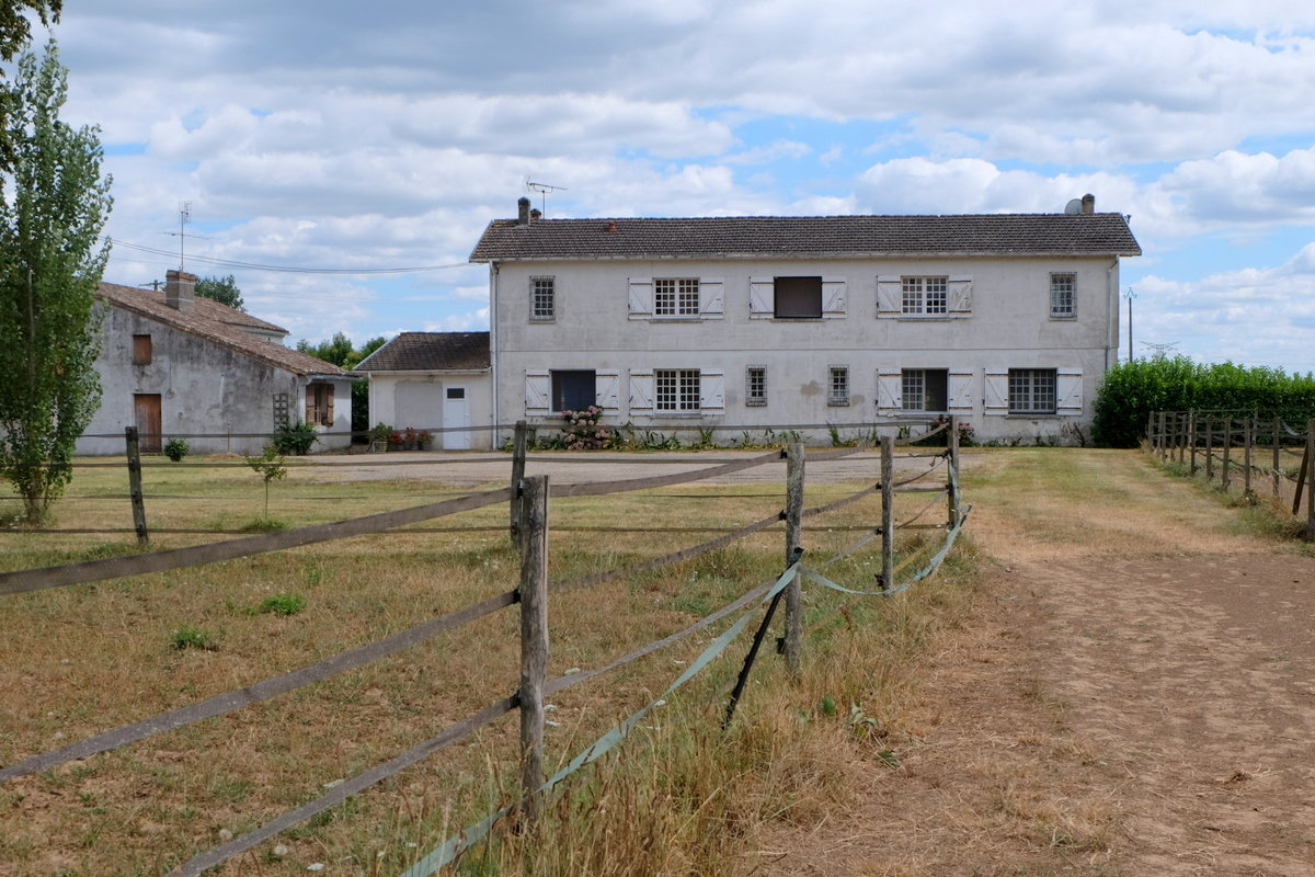 LARGE FAMILY HOME WITH GITE AND STABLES