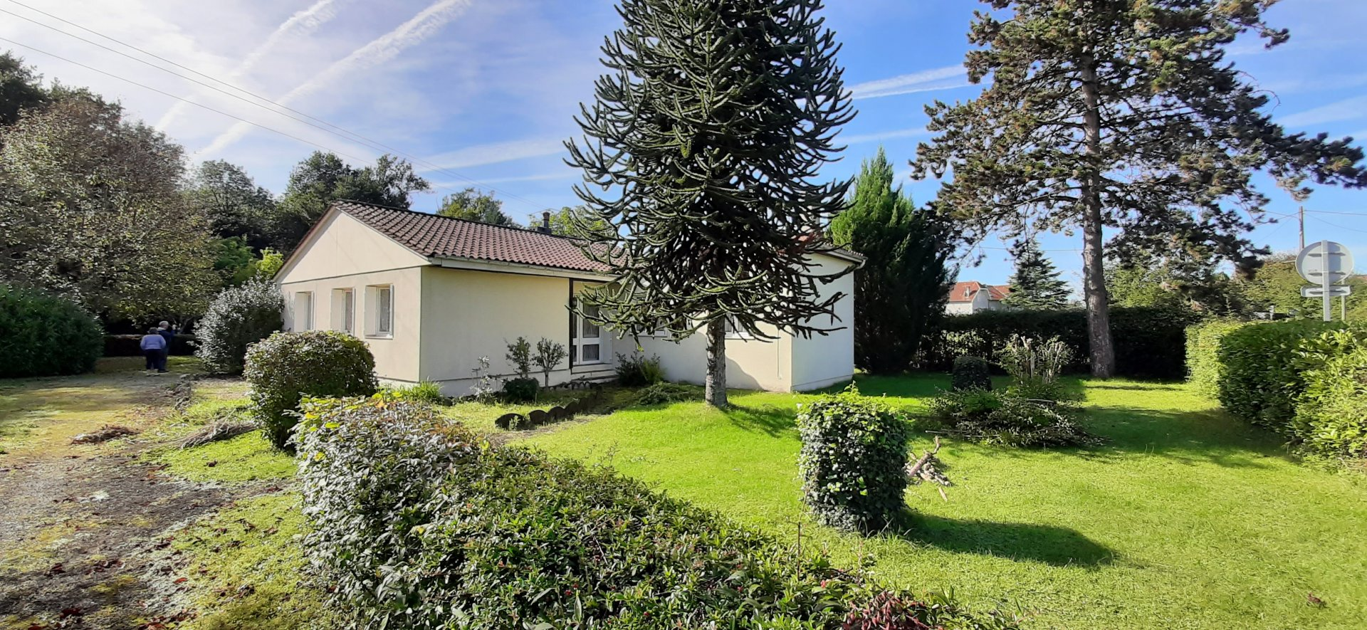 Single story house with pretty garden, swimming pool and walking distance to amenities
