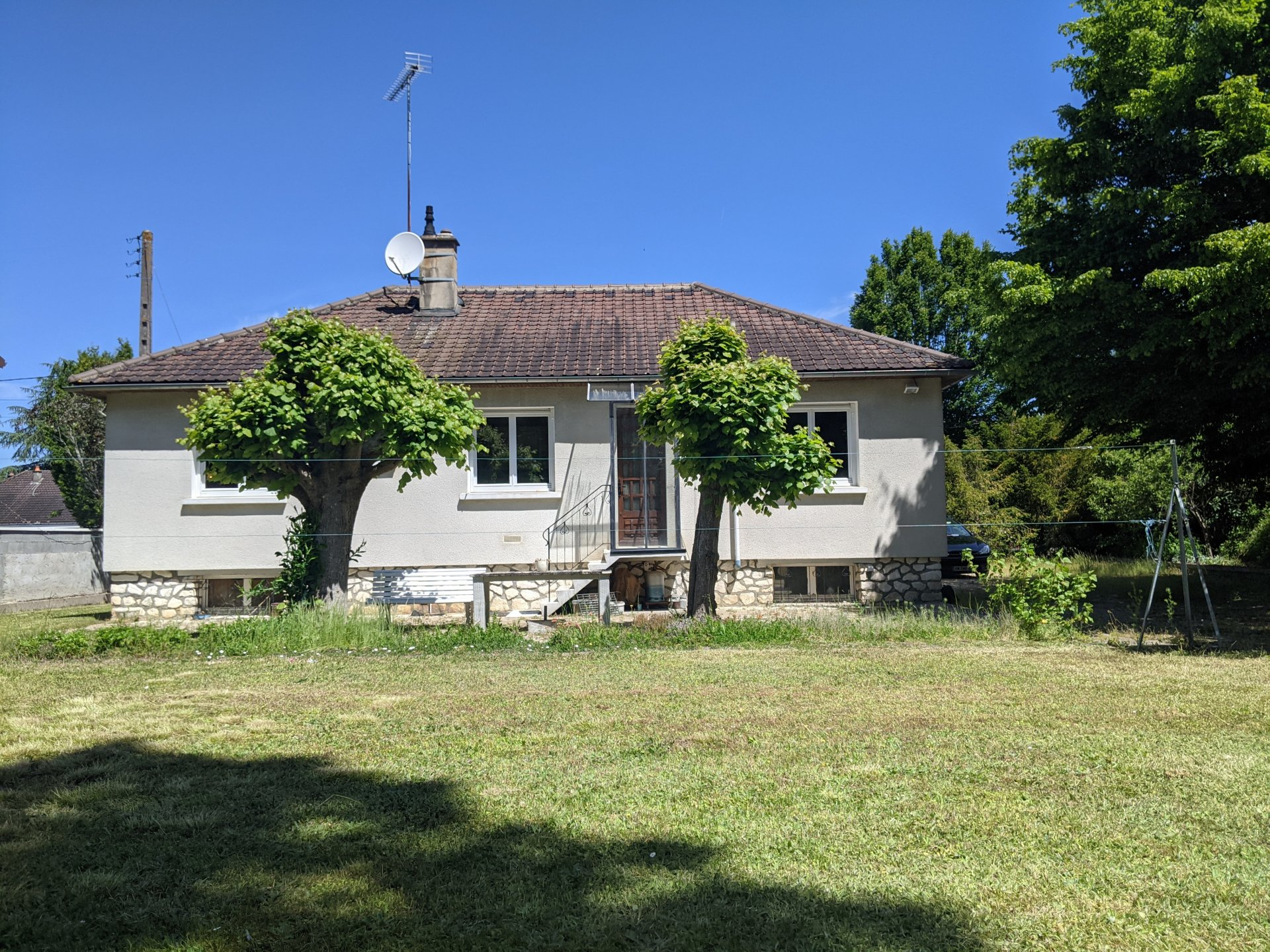 3 bedroom property, walking distance from Le Blanc town centre