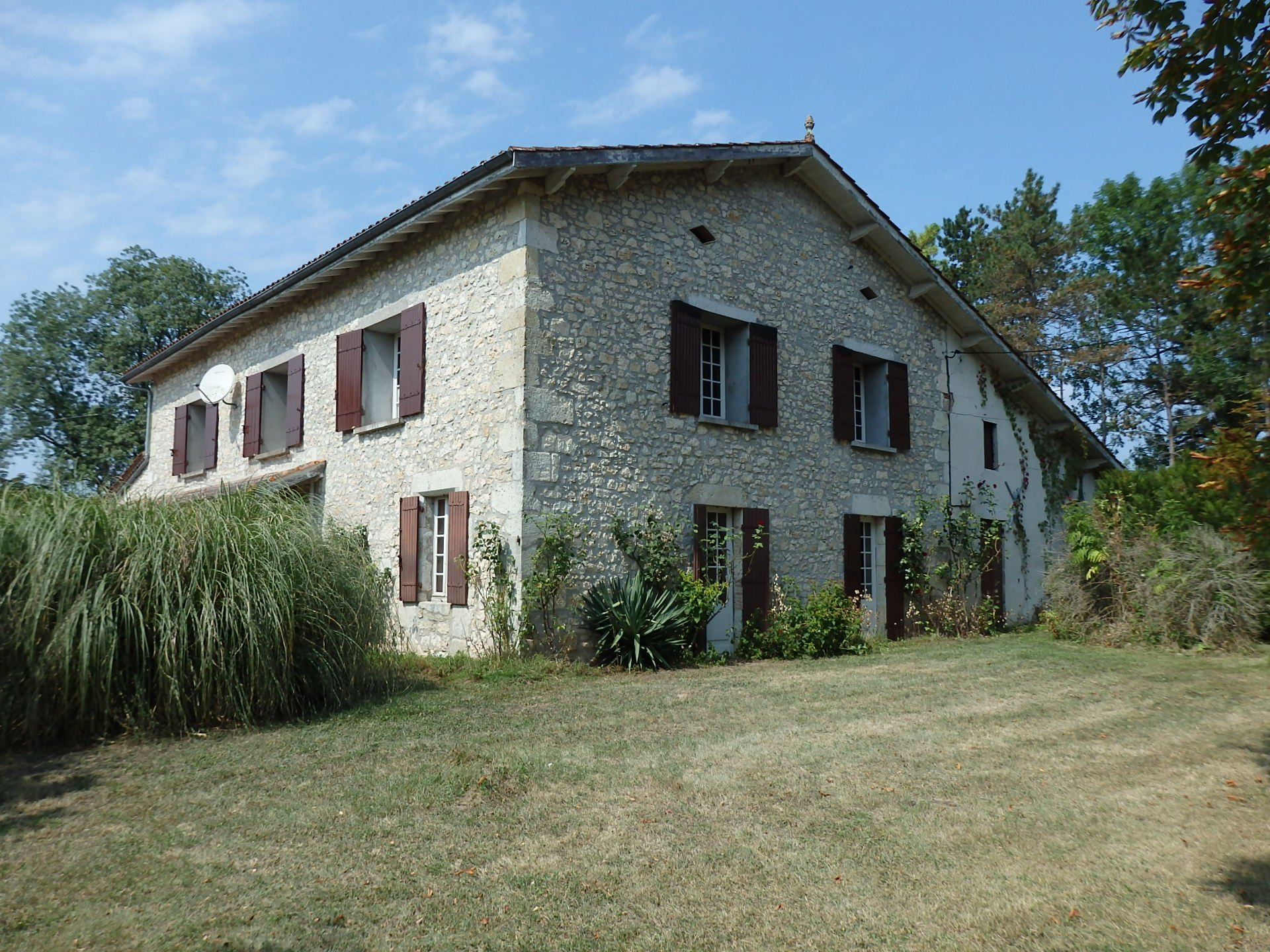 A stone country house near to Duras.