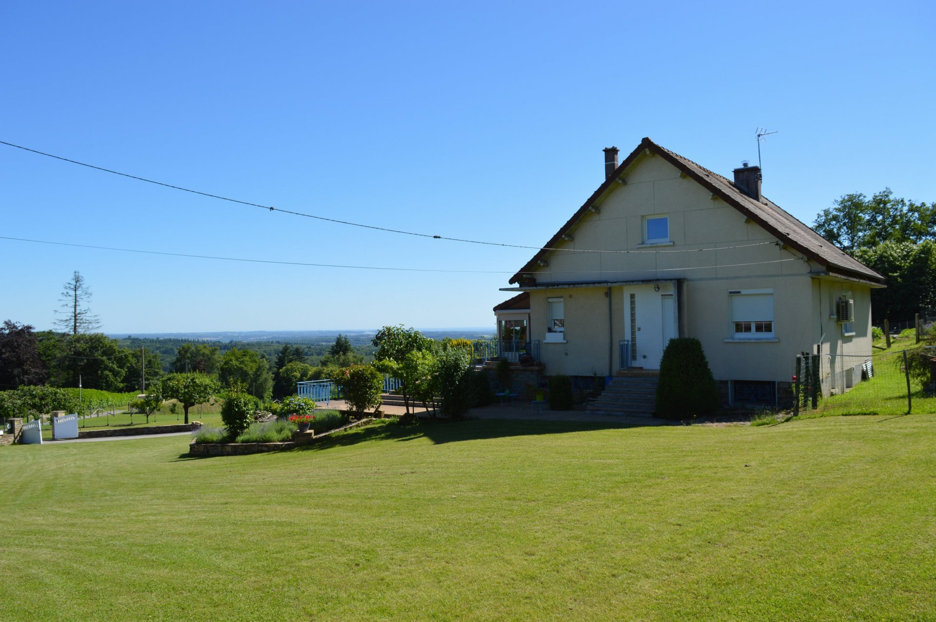 4 bed hill top family home looking over 30kms of the Perigord National Park