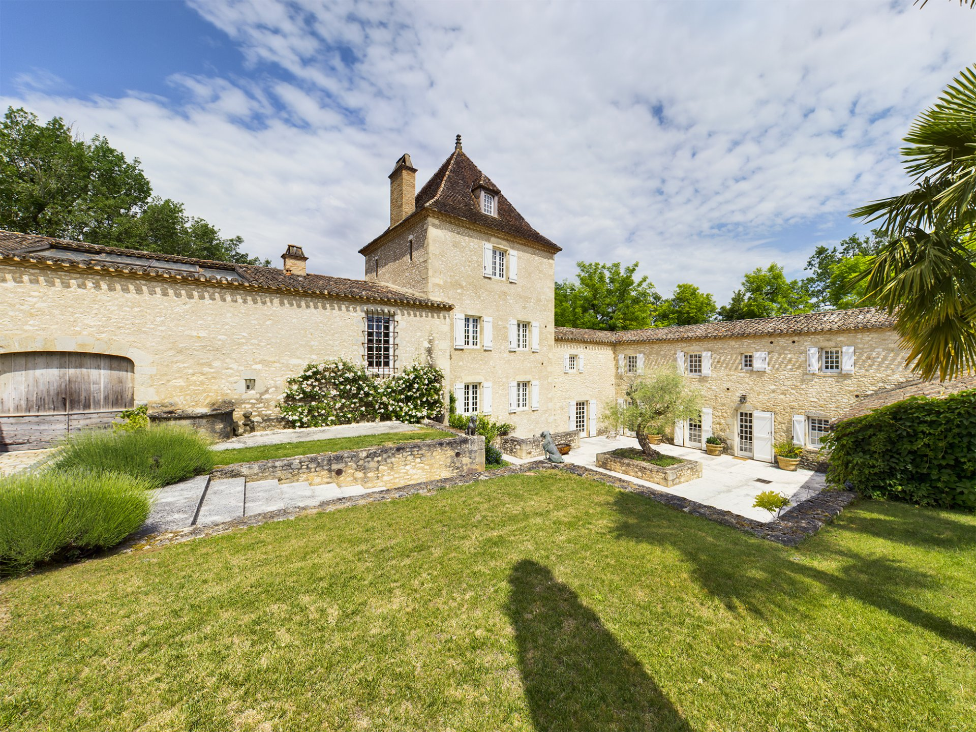 Magnificent fully restored fortified farmhouse