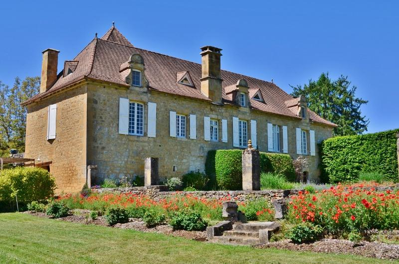 IN A CHARMING LITTLE VILLAGE 15 MINUTES AWAY FROM SARLAT, EXCEPTIONAL PROPERTY WITH 6 ACRES COMPOSED