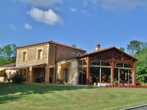 ARCHITECT DESIGNED HOUSE ONLY 5 MINUTES AWAY FROM SARLAT IN A VERY QUIET LOCATION !! INSPIRED BY THE