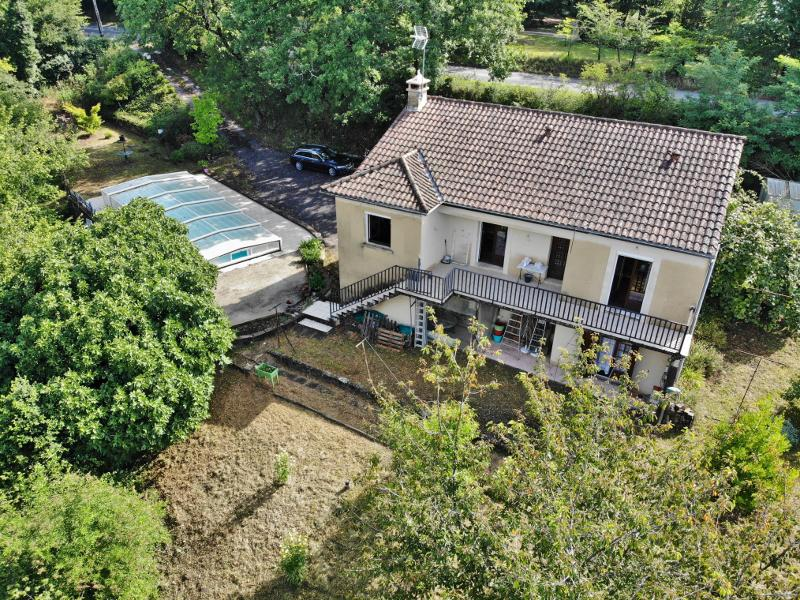 ON THE HEIGHTS OF SARLAT - CLOSE TO ALL AMENITIES - FOUR BEDROOM HOUSE (BUILT IN THE 80's) WITH COVE