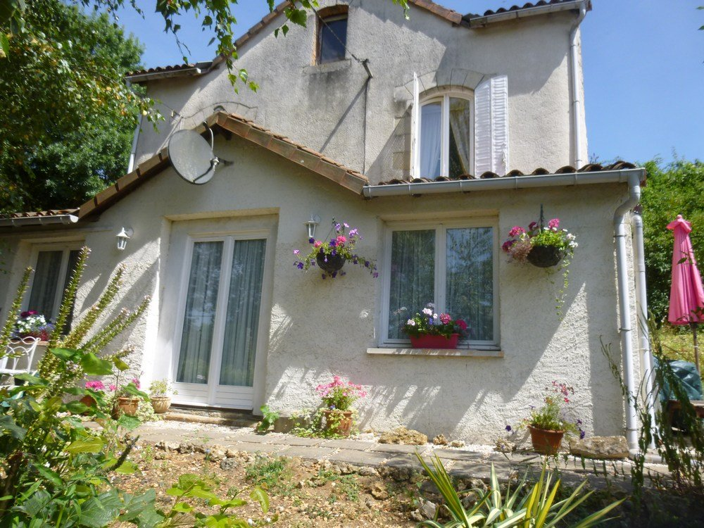 Detached house on edge of historic town of Charroux
