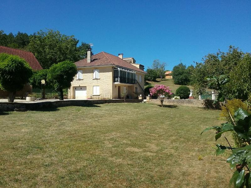 SARLAT, CLOSE TO SHOPS AND TOWN CENTRE, NICE STONE HOUSE WITH INDEPENDENT APARTMENT, 0.5 ACRE OF LAN