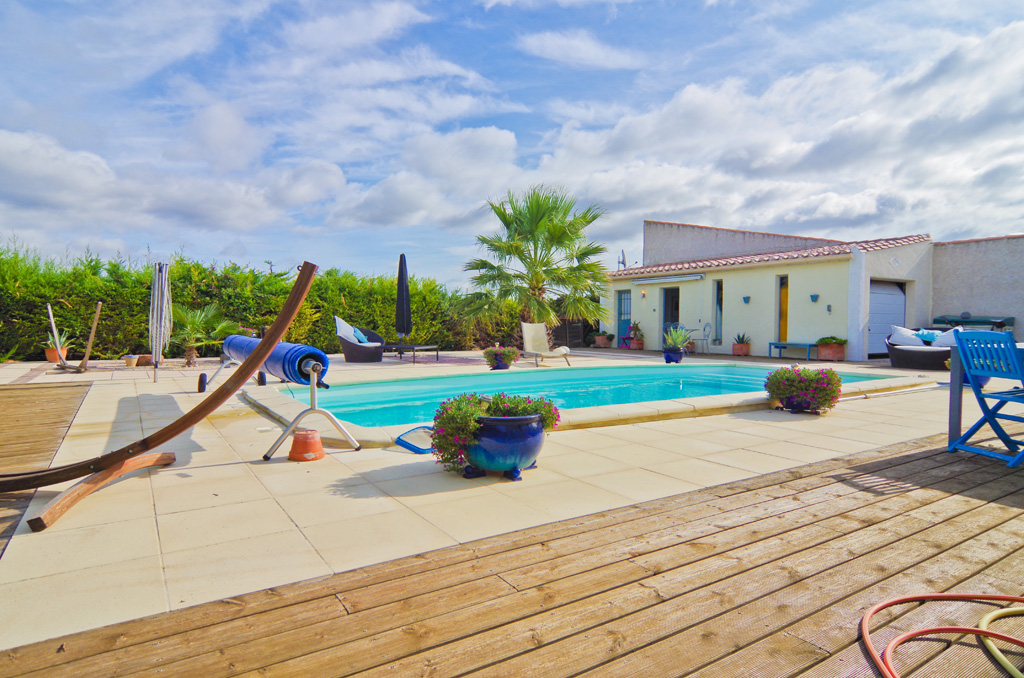 Villa de plain-pied à vendre à Azille avec annexe et piscine chauffée