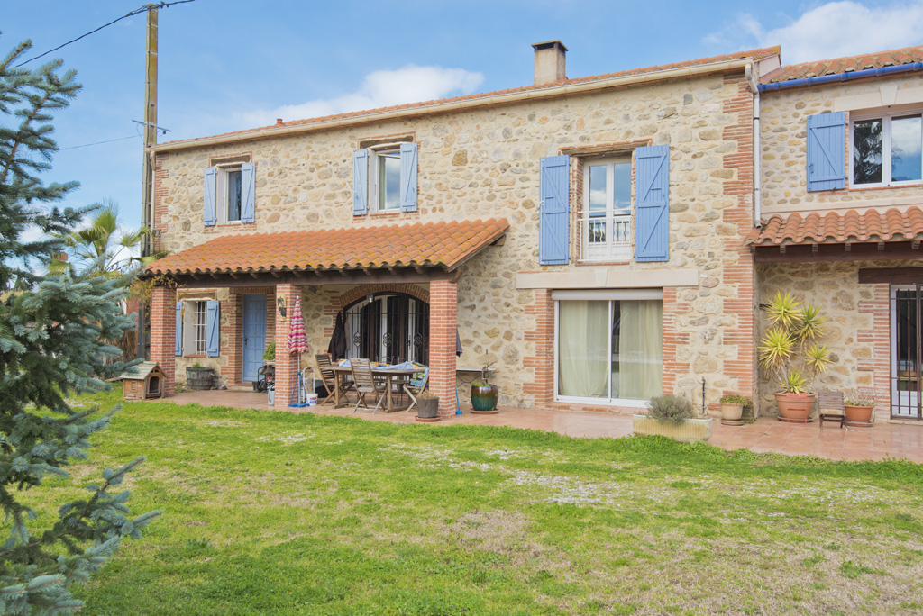 Equestrian property for sale near Perpignan with a guest house, outbuildings, a swimming pool and eq
