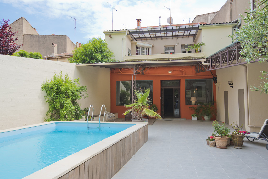 Town house for sale in Béziers with a swimming pool, a summer kitchen, a garage and a former shop