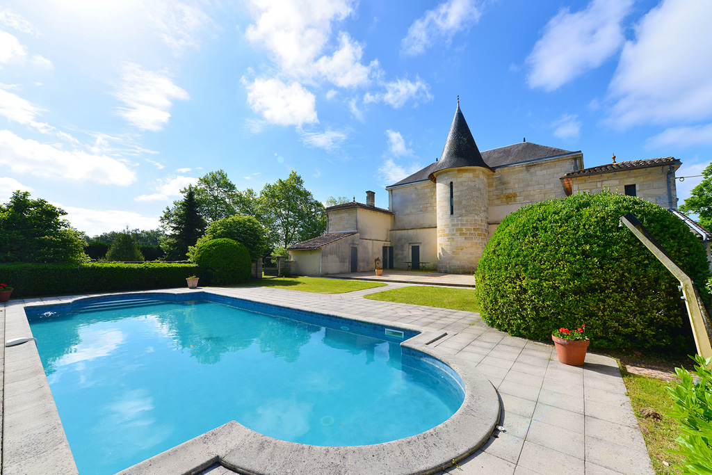 Property for sale near Marcenais with swimming pool and grounds