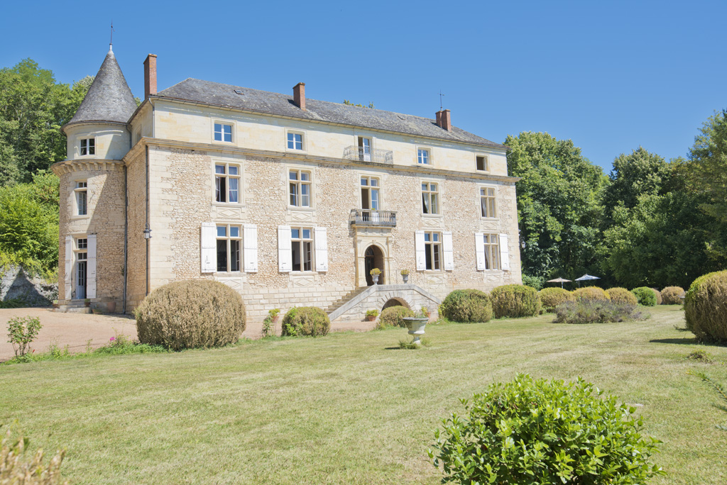 Château for sale near Périgueux with a swimming pool, guest houses and a landscaped park